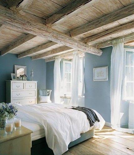 Mooi, dat blauw op de muur en houten plafond.