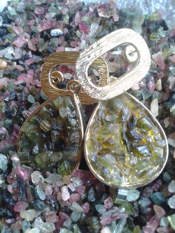 Brincos em metal com verniz e turmalinas verdes