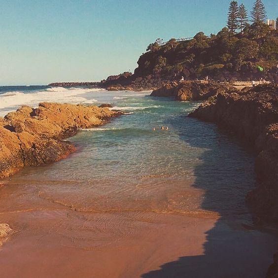 No caption needed  (pouco depois da foto várias baleias apareceram saltando pertinho da praia ) #snapperrocks by paulobianchini