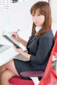 女性秘書の6割がデスクの下でやっていることって?