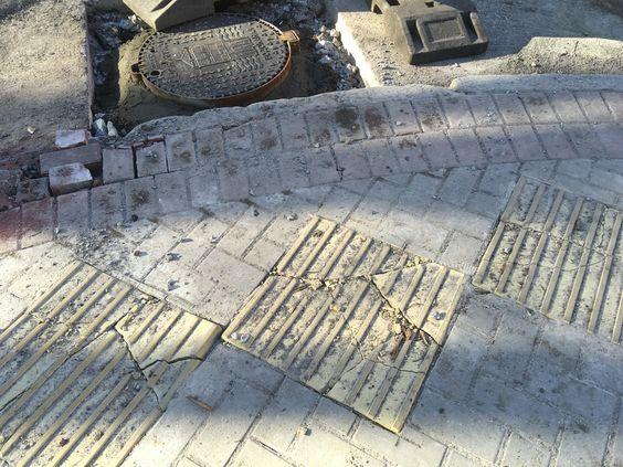 Повреждение плитки и поребрика при поднятии уровня колодца