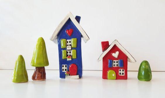 ♥ Kleine Clay Häuser ♥  Dieses Angebot gilt für eine Lehm-Haus, ein kleines rotes Haus mit einer gewölbten grünen Tür und ein weißes Herz ist. Es gibt zwei Fenster in der Front. Man hat blaue Fensterläden. Die Rückseite hat 2 Fenster. Das Dach ist schwarz.  Das andere Haus und Bäume sind separat erhältlich. Bitte finden Sie weitere Inserate aus den Bäumen oder senden Sie eine Convo für Sonderwünsche.  Es ist 1 7/8 hoch 2¼ breit und 1¼ tief.  Diese ein freundliches skurrilen Herz-Häuser sind…