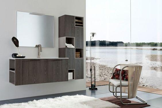 Moderne Badmöbel aus Holz in Kombination mit großem Spiegel