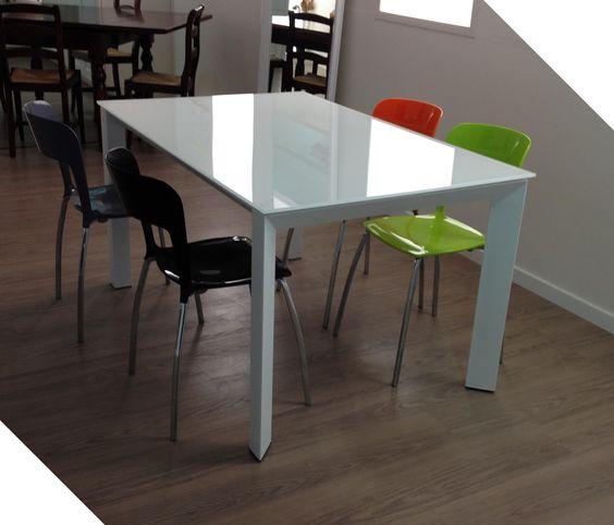 #Tavolo con struttura metallo verniciato bianco piano in #cristallo e due allunghe #bianco #lucido