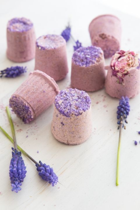 K-Cup Bath Bombs – Lavender oil gives these mini bath bombs calming properties, while epsom salt helps soothe sore muscles and stuffy noses! Click through for more mother's day ideas.
