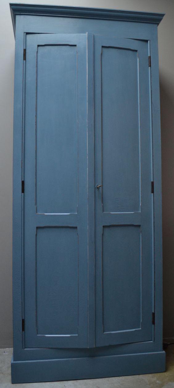 Brocante oude kast helemaal opgeknapt en geschilderd met een oud blauwe kleur  Genoeg leuke