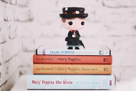 Funko Pop: Mary Poppins com alguns livros e o dvd do filme: