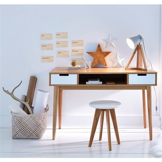 Esprit vintage, ce bureau compact par ses dimensions ira facilement dans votre chambre ou votre salon. Ses 2 tiroirs et sa grande niche centrale vous permettront de ranger papiers, livres et stylos et même votre ordinateur portable quand il ne sert pas