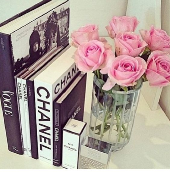 Really girly chanel vintage decor white roses for the living room, pink for the bedroom: