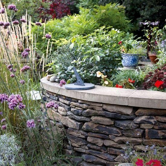 Blumenbeet Stein-Stützmauer