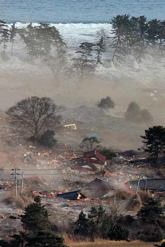 In de afgelopen dagen is Japan veel in het nieuws geweest vanwege de aardbeving die daar heeft plaatsgevonden. Deze afbeelding laat zien wat voor een chaos en afbraak een aardbeving kan zorgen.