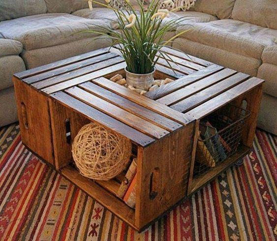 Table basse faite à partir de caisses en bois, plateau et cavité pour boutilles au milieu. Plan et tuto.
