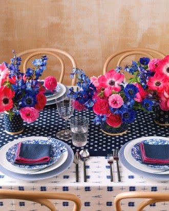 Pink and Blue table setting.  Love the mix of prints.  The Foxtrotter: Bleu Marine et Fuchsia