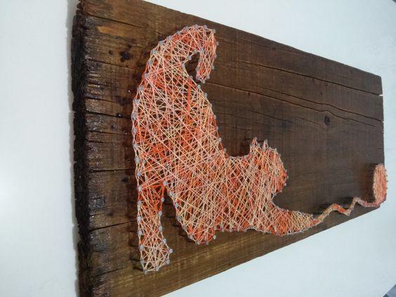 Quadro de madeira rútica feito com pregos e fios a partir de silhuetas.