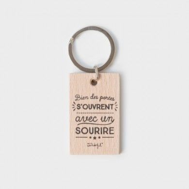 Porte-clés en bois Bien des portes s'ouvrent avec un sourire