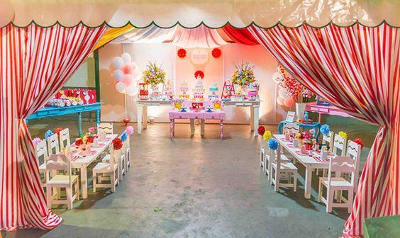 A Maria Luisa comemorou seu primeiro ano de vida com uma festa no tema circo, mas com uma decoração bem diferente do que costumamos ver por aqui! A Pequeno