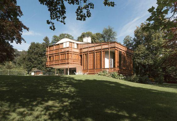 This wooden facade surrounds an Austrian house/ Un trafor elaborat in lemn invaluie o casa din Austria