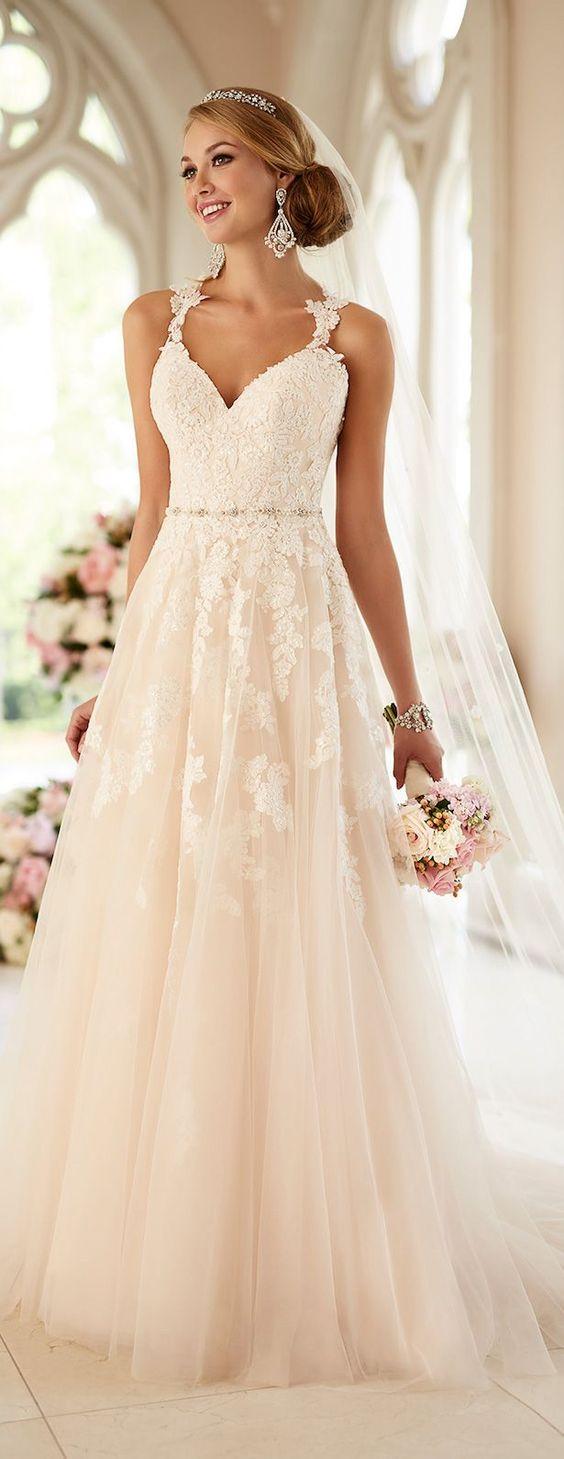 Vestido de novia de Estella York 2016 con Silueta Linea A y escote en V con tirantes bordados. Romantic and dramatic wedding gown from the Stella York 2016 bridal collection A-Line style.