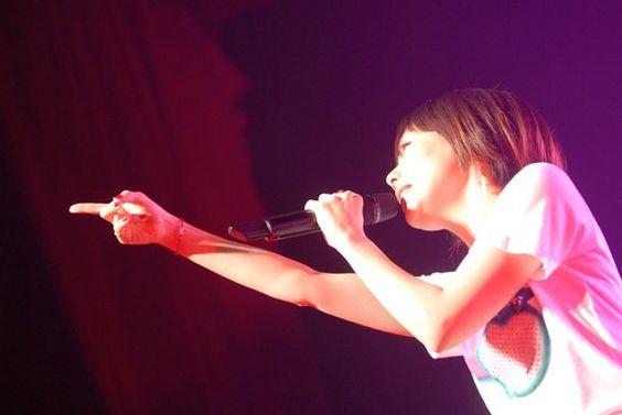 aiko指さして熱唱する姿