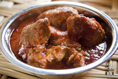 Tutti a tavola!!!  Il ragù alla siciliana di Zia Nunziatina è pronto! La ricetta scritta da Ilaria e fotografata da me (Daniela) la trovate qui=>http://www.foodography.it/sugo-di-maiale/  Buon appetito! :)
