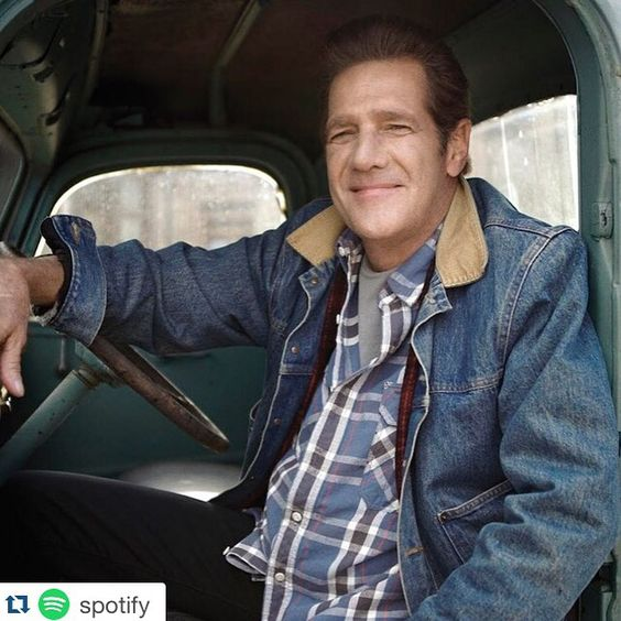 #Repost @spotify with @repostapp  ・・・  Nossa #homanagem ao homem cuja #musica moldou uma #geração inteira e definiu todo um #genero, introduzindo o #country #americano no bom e velho #rockandroll.       May you always #takeiteasy...  #RIPGlennfrey #Spotify #Eagles