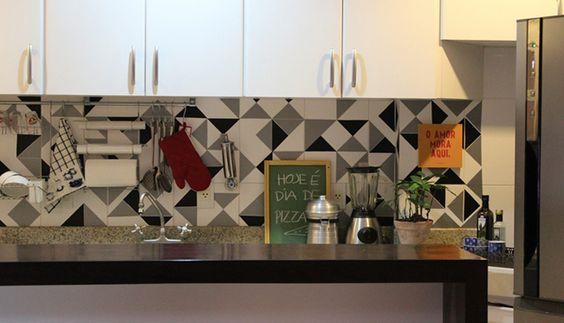 Up na cozinha com adesivo geométrico: