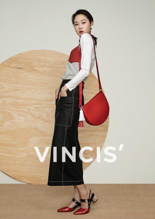 [Photos] Gong Hyo-jin attempts at designing bags