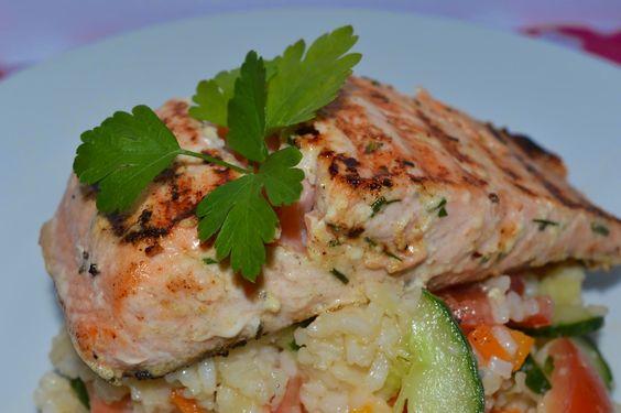 Salmão grelhado com iogurte e ervas em cama de salada de arroz