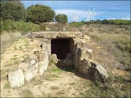 """El Hipogeo o cámara sepulcral megalítica de Longar, situado en el llamado """"Alto de los Bojes"""", a unos 834 m de altitud, está datado entre el 2850 y el 2500 a.C"""