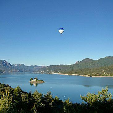 Vol en Montgolfière Survol Lac de Serre-Ponçon Hautes Alpes 05 - http://www.sport-decouverte.com/