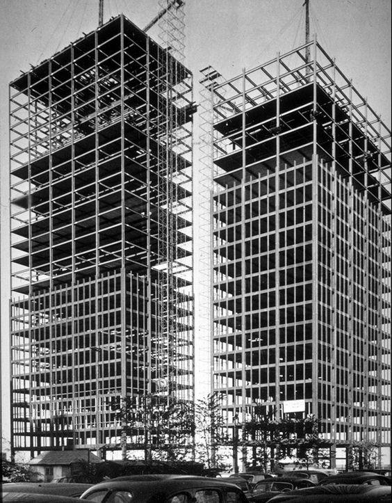 Mies van der Rohe : 860–880 Lake Shore Drive Apartment Buildings, Chicago (1948–51); under construction (1950–51)