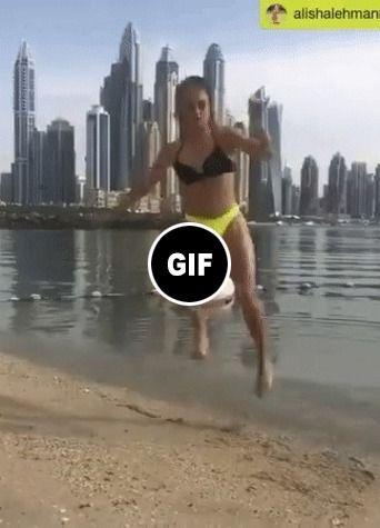 O Futebol de uma garota na praia