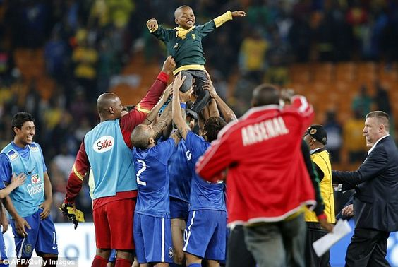 Al final del Partido entre Brasil y Sudáfrica, un niño saltó a la cancha, quien fue muy bien recibido por la escuadra brasileña evitando que los de seguridad lo sacaran.