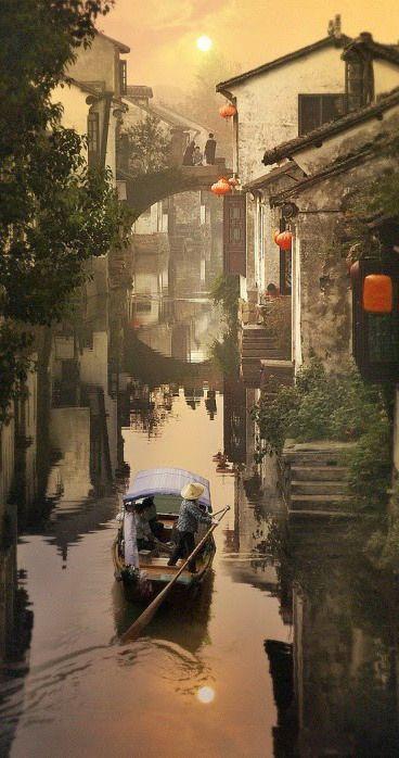 """Cidade das águas, Zhouzhuang, é uma cidade da província de Jiangsu, China. Zhouzhuang é um destino turístico popular. Trata-se de um dos mais famosos bairros de água na China, notável por seu fundo cultural profundo, as casas residenciais antigas bem preservadas e vistas aquosas elegantes. Ela tem sido chamado de """" Veneza do Oriente """".:"""