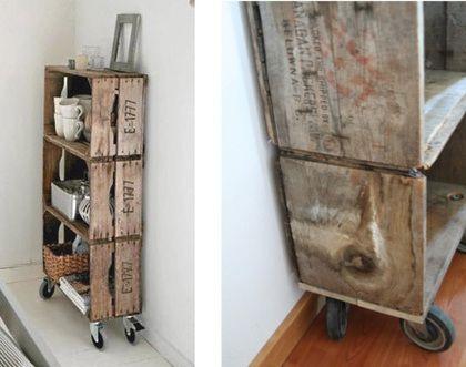 idée pour installation boutique- caisses solides recyclées en étagères à roulettes. sympa pour présenter bijoux et déco, et pouvoir déplacer facilement de vitrine en boutique par exemple
