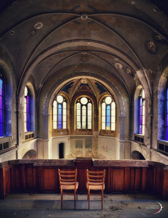 Scheinbar haben wir den Gottesdienst knapp verpasst. http://gingerfishpics.wordpress.com/2014/03/06/die-kirche/ #urbex #urbanexploration #decay #abandoned #kirche