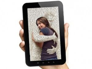"""O Tablet não veio para acabar com o Livro e sim complementar o processo evolutivo da Educação. No Post """"Um Presente para a Educação"""" elogiamos a coragem a inovação e a constatação de uma realidade. Como nos inspira a foto, a tecnologia é uma ferramenta e nossa amiga."""