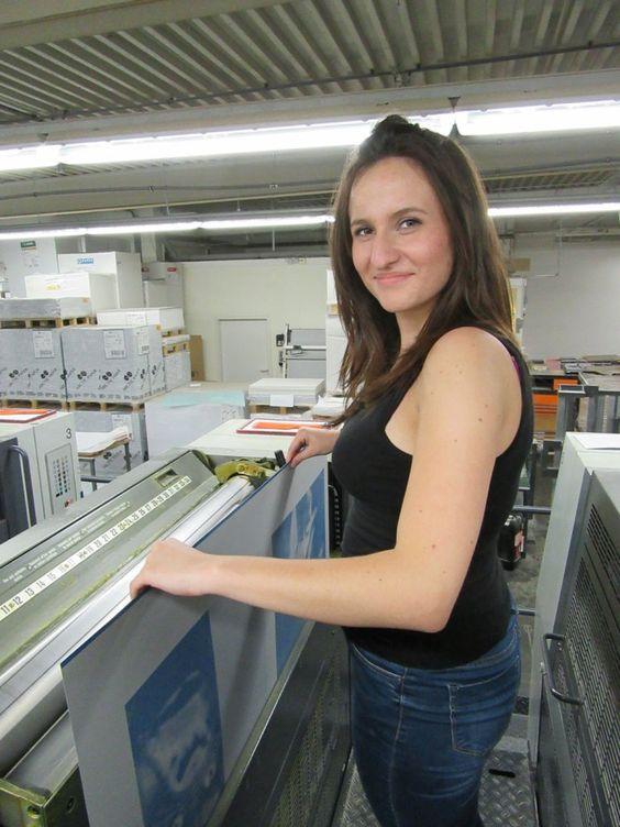Tatjana beim Einlegen eines Druckbogens.