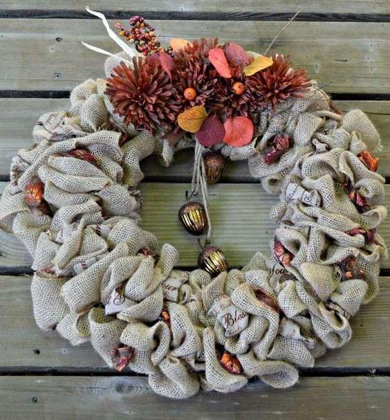 couronne de porte en tissu jute grelots et feuilles automnales