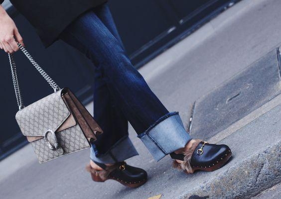 Diesen Herbst waren viele ausgefranste Säume bei Denim Pieces zu sehen und einige selbstabgeschnittene 7/8 Jeans auf Blogs und in Mitte Cafés zu spotten. Einige Jeans habe ich mir auch schon durch DIY Versuche untragbar gesunde. Diese Variante mit dem Umkrempeln, geht da auf Nummer sicher: http://www.blogger-bazaar.com/2015/11/16/turn-around/,  cuffed jeans, gucci clogs,