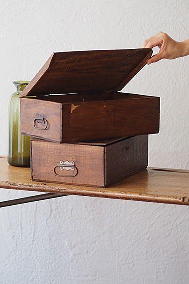 収納木箱、お揃いで-wood box 薄い板材で蓋に反りあり、開閉は小さなL字の金具を横にスライドさせるラフな造り。遅ればせながら(元々付いていたかもしれませんが)と横に付けられたハンドルはこのお箱に見合った細さで、危惧される重いお品を運ぶべからず、な華奢加減。
