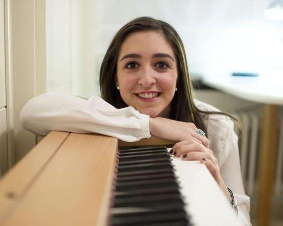 Laura fue una de las primeras niñas en España que recibió implantes cocleares bilaterales