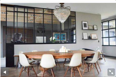 Table ovale en bois avec chaises de style scandinave