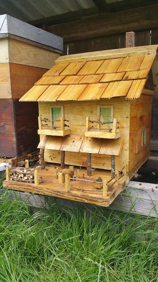 """La ruche """"chalet"""" d'un ami . Construite par lui même"""