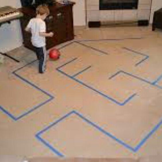 Futebol com fitas: Ótima dica para trabalhar coordenação motora fina, psicomotricidade lógica/sequencial e lateralidade.