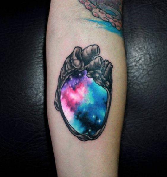 Tatuagem cósmica de coração