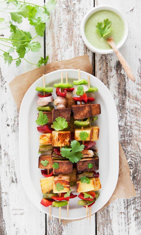 Vegan skewers with tofu and pineapple / Wegańskie szaszłyki z ananasem i tofu