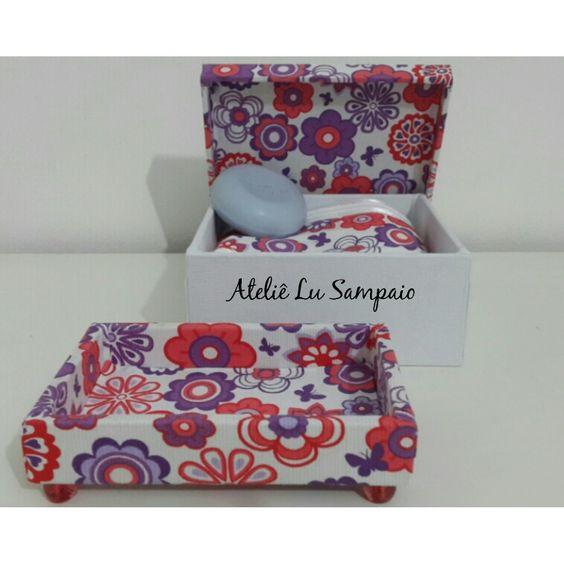 Este kit de toalha,caixa e mini bandeja e sabonete vão deixar seu lavabo super alegre e delicado! R$ 70,00 @atelie_lusampaio  email lueckhardtsampaio@outlook.com