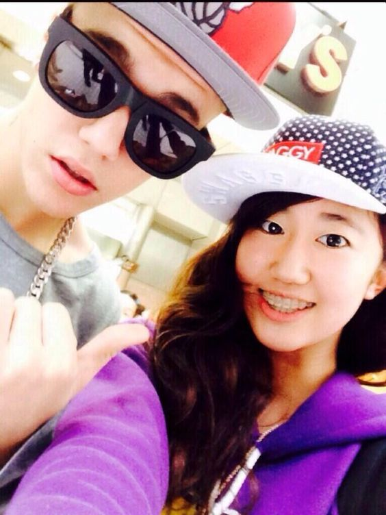 • (1) Justin and a fan in Tokyo! (April 21, 2014). (Via 0220_yuuna)