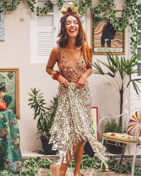 The trends for Carnival 2018 are very similar to those of last year. I imagine that at street parties and nightclubs, we will see loads of glitter, a lot of headbands and also costumes with bodysuits.